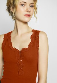 Rosemunde - SILK-MIX TOP REGULAR W/BUTTON & VINTAGE LACE - Topper - red ochre - 4
