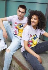 Tommy Jeans - ABO TJU X GARFIELD TEE UNISEX - T-Shirt print - lilac dawn - 1