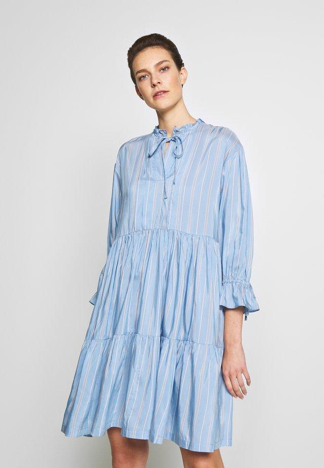 MELA TIERED DRESS - Hverdagskjoler - blue