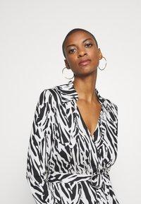Diane von Furstenberg - Sukienka koktajlowa - tiger twigs small black - 4