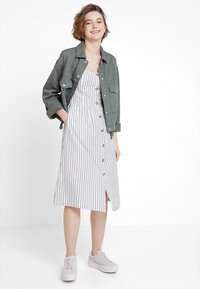 ONLY - ONLLUNA STRAP STRIPE DRESS - Skjortekjole - white - 2