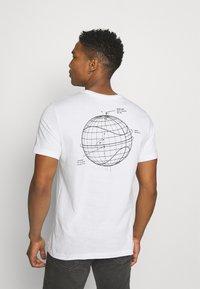 Nike Sportswear - T-shirt med print - white - 2