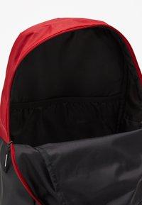 Jordan - PIVOT PACK - Batoh - black/gym red - 4