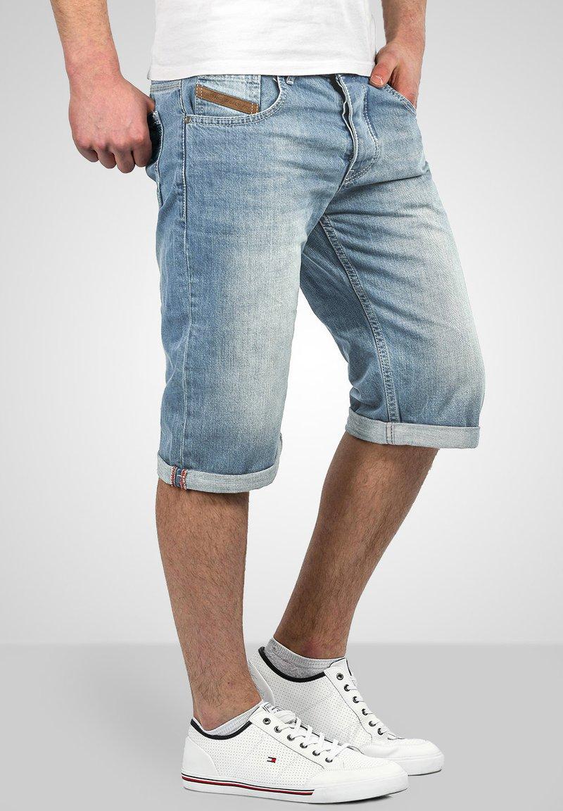 Alessandro Salvarini - Denim shorts - hellblau