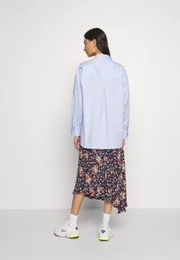 Gestuz - IBBY OVERSIZES - Button-down blouse - xenon blue - 2