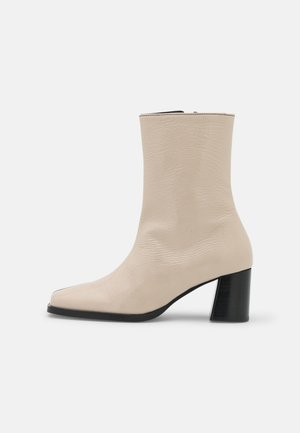 HEELED BOOTS - Botines - black/latte
