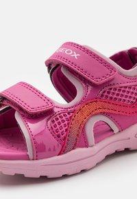 Geox - VANIETT GIRL - Chodecké sandály - fuchsia/pink - 5