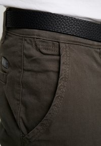 Lindbergh - CLASSIC WITH BELT - Chinos - dark army
