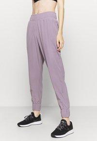 Under Armour - GRAPHIC PANTS - Pantalones deportivos - slate purple - 0