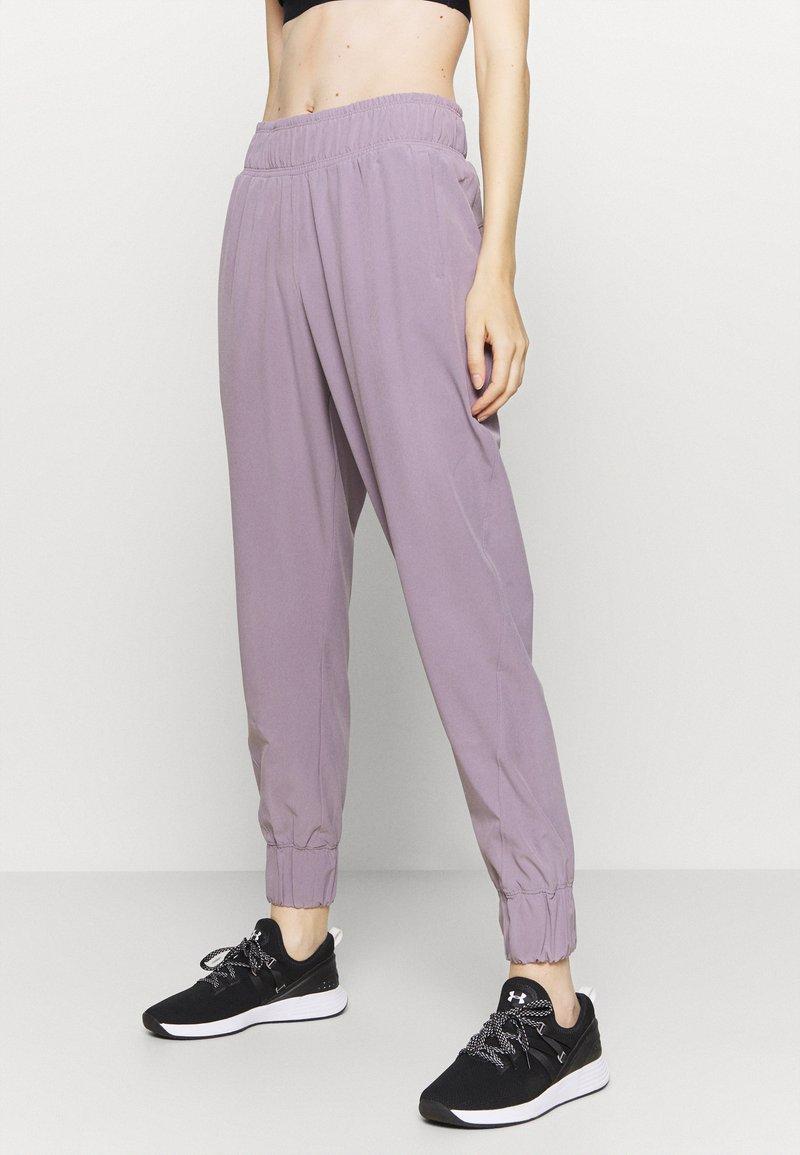 Under Armour - GRAPHIC PANTS - Pantalones deportivos - slate purple
