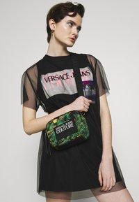 Versace Jeans Couture - JUNGLE PRINT CAMERA - Umhängetasche - multicoloured - 1