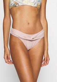 NA-KD - TWISTED HIGHCUT PANTY - Bikiniunderdel - dusty rose - 0