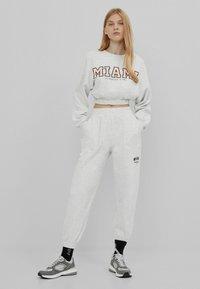Bershka - MIT PRINT - Teplákové kalhoty - grey - 1