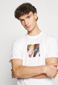 HUF - FLOWER BOX LOGO TEE - T-shirt imprimé - white - 3