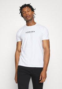 Kaotiko - UNISEX GOOD LUCK - T-shirt med print - white - 2