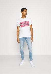 Pepe Jeans - RAURY - Print T-shirt - dark chicle - 1
