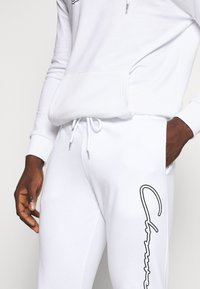 CLOSURE London - DOUBLE SCRIPT TRACKSUIT SET - Sweat à capuche - white - 8