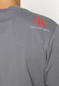 Calvin Klein Jeans - RELAXED BADGE TEE UNISEX - Print T-shirt - shining armor - 4