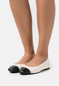 MICHAEL Michael Kors - ALYSSA FLEX BALLET - Ballet pumps - light cream - 0