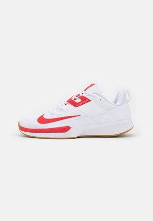 VAPOR LITE CLAY - Tennisskor för grus - white/university red/wheat