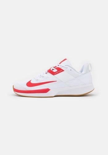 VAPOR LITE CLAY - Tenisové boty na antuku - white/university red/wheat