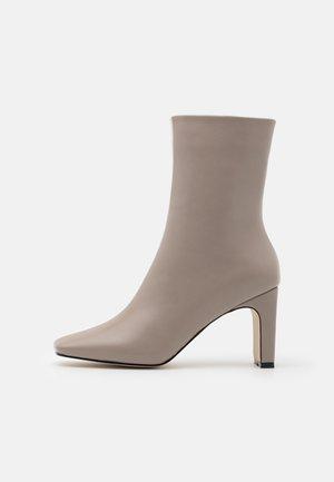 ELLERIE - Kotníkové boty - grey/white