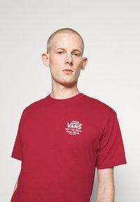 Vans - HOLDER CLASSIC - Print T-shirt - cardinal - 3
