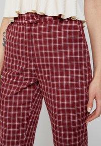 Fashion Union - BRICK TROUSERS - Spodnie materiałowe - red check - 4