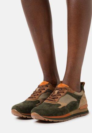 Sneaker low - bottle/ginger