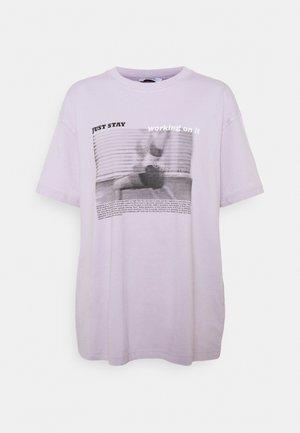 ENKULLA TEE - Print T-shirt - just stay