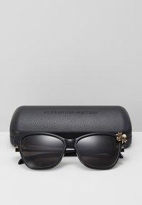 Alexander McQueen - SUNGLASS WOMAN  - Sunglasses - black/black/grey - 3