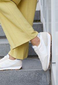 Nike Sportswear - DAYBREAK - Tenisky - summit white/white/pale ivory/light smoke grey/med brown - 4