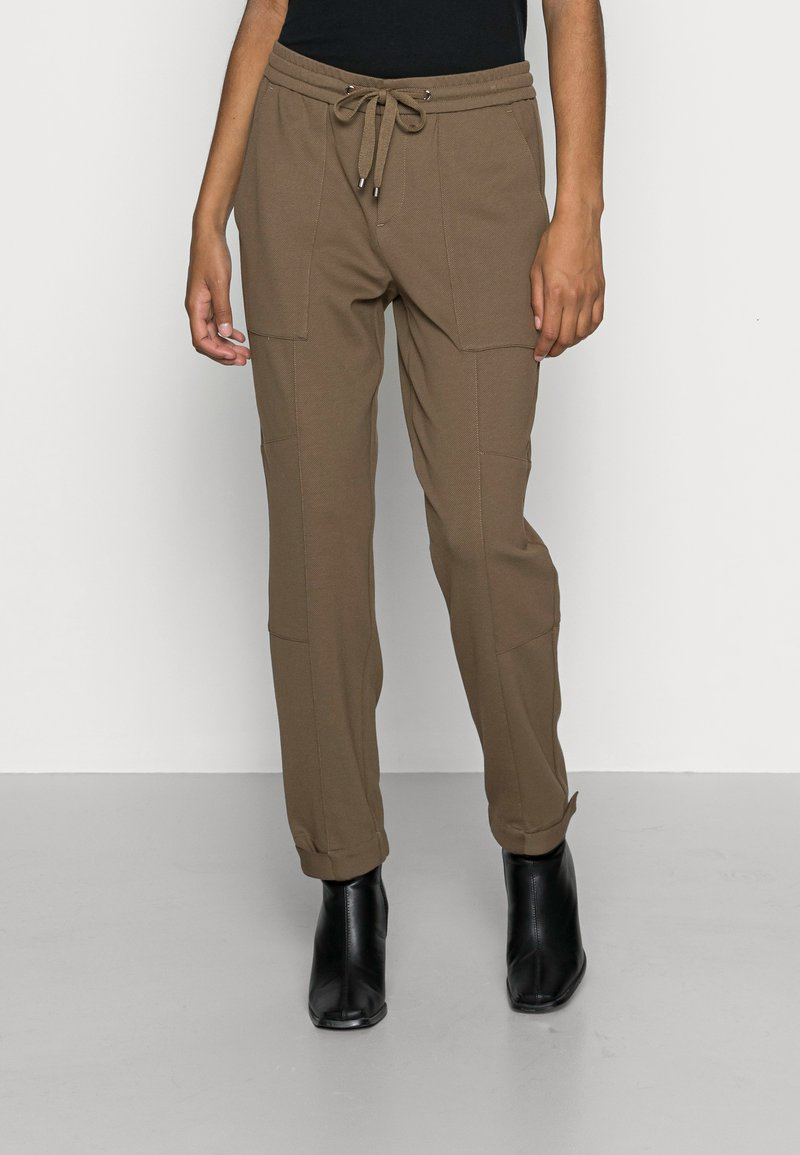 Marc O'Polo - PANTS, TRAVEL PANTS, MID RISE, TAPERED LEG, CUTLINES, DEM DETAIL - Trousers - nutshell brown