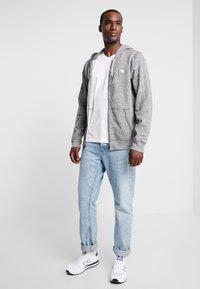 Abercrombie & Fitch - FALL FRINGE VEE 3 PACK - Basic T-shirt - grey/burgundy/white - 0