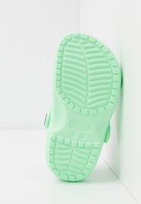 Crocs - CLASSIC UNISEX - Sandały kąpielowe - neo mint - 5