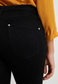Miss Selfridge Petite - LIZZIE - Jeans Skinny Fit - black - 3