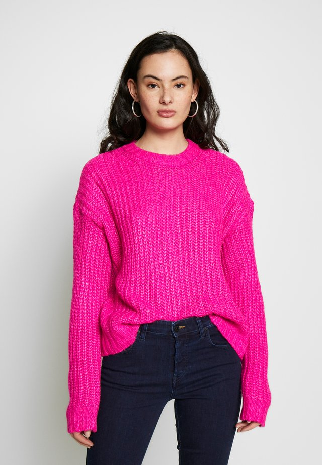 SLOUCHY CROPPED CABLE - Stickad tröja - pink