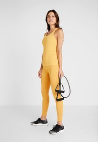 Casall - SEAMLESS CHEVRON RACERBACK - Toppi - golden yellow - 1