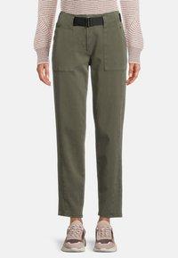 Betty & Co - MIT GÜRTEL - Pantalon classique - dunkelgrün - 0