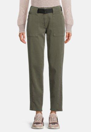 MIT GÜRTEL - Trousers - dunkelgrün