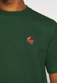Carhartt WIP - SCORPIONS - Print T-shirt - bottle green/cinnamon - 4