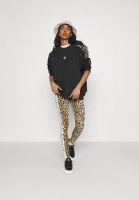 adidas Originals - LEOPARD TIGHT - Leggings - Trousers - multco/mesa - 1
