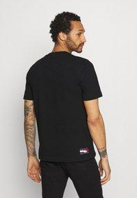 Tommy Hilfiger - ONE PLANET FRONT LOGO TEE UNISEX - T-shirt med print - black - 2