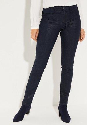 MIT FEINER BESCHICHTUNG - Slim fit jeans - dark blue
