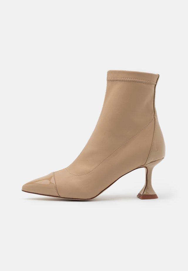 ELODIE - Kotníkové boty - nude