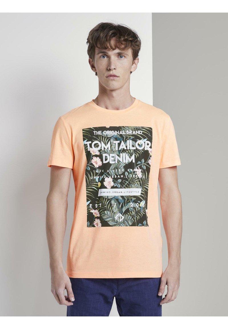 TOM TAILOR DENIM - Print T-shirt - papaya neon orange