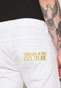 Versace Jeans Couture - NARROW BACK LOGO - Jeans slim fit - white - 5