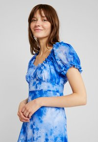 NA-KD - TIE DYE PUFF SLEEVE DRESS - Maxi dress - blue - 4