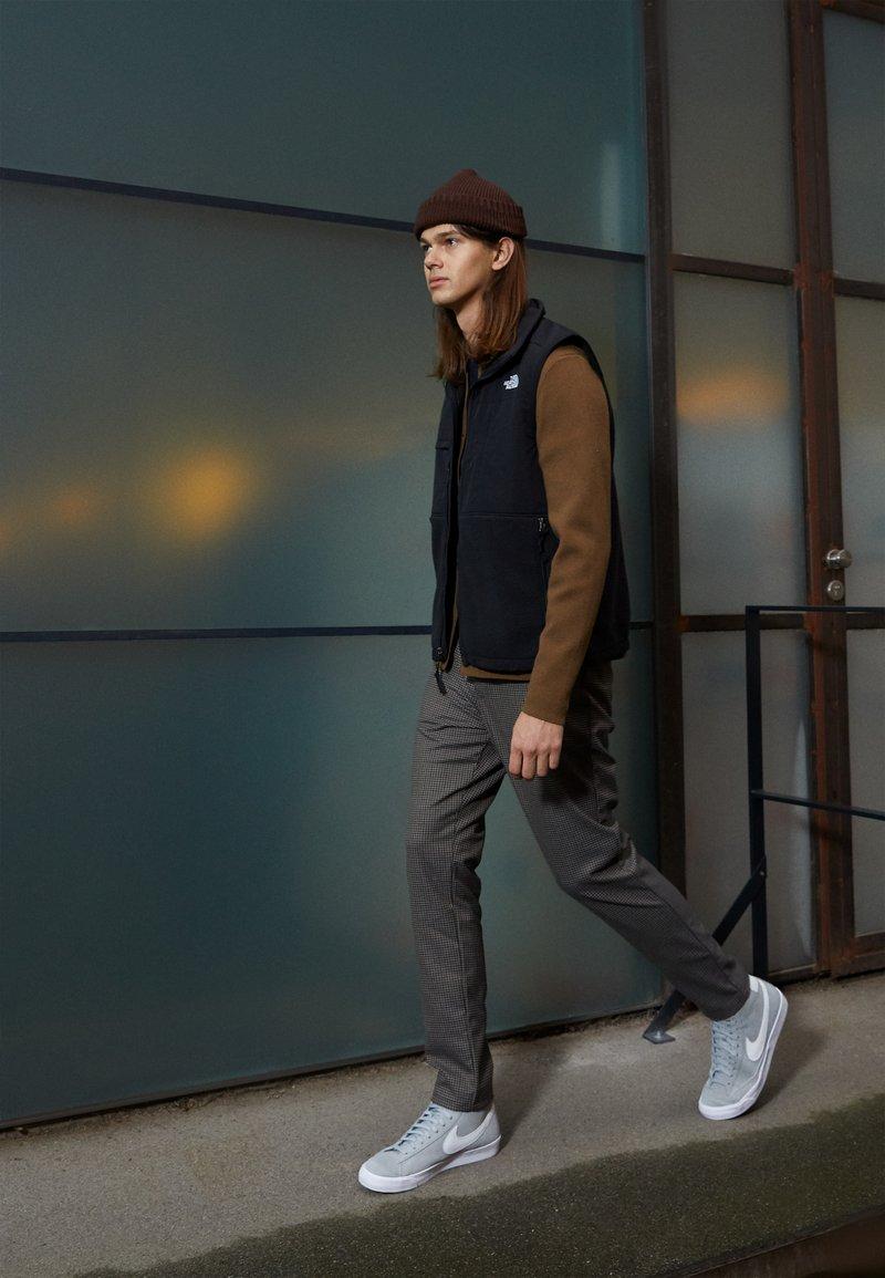Nike Sportswear - BLAZER MID '77 UNISEX - Zapatillas altas - light smoke grey/white/black