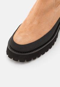 Paloma Barceló - BRENDA - Kotníkové boty na platformě - nocciola - 6